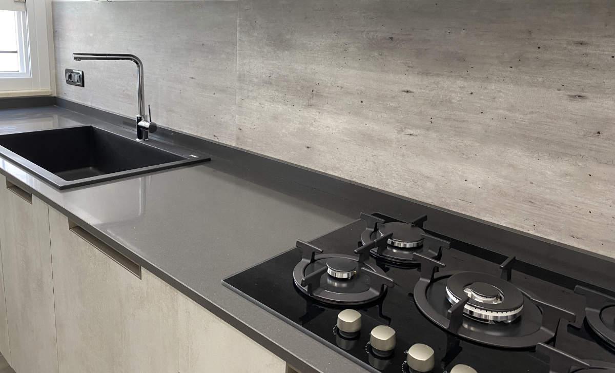 foto di cucina rivestita con paraschizzi effetto cemento