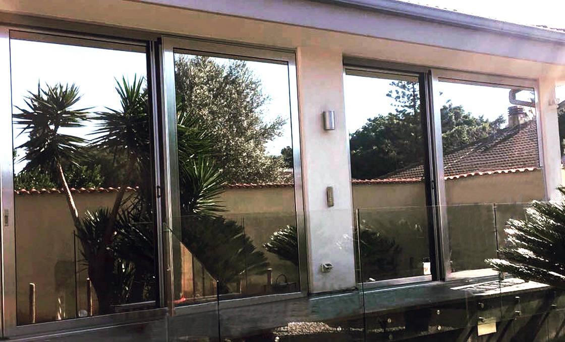 foto di finestre rivestite con pellicole controllo solare a specchio