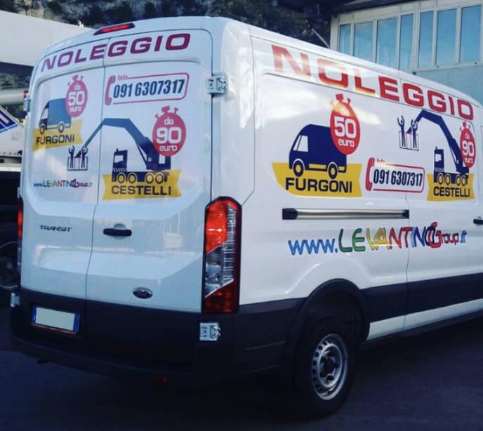 Car wrapping su furgone con personalizzazione logo