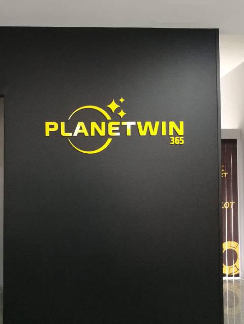 rivestimento murale agenzia planetwin